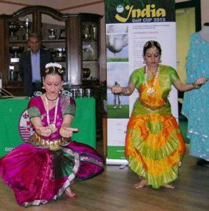 """Esibizione di danza del corpo di ballo """"Compagnia Mallik"""" in occasione della gara di golf India Golf Cup al Golf Club Ambrosiano"""